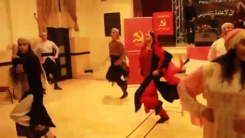 Палестинские коммунисты танцуют народный танец