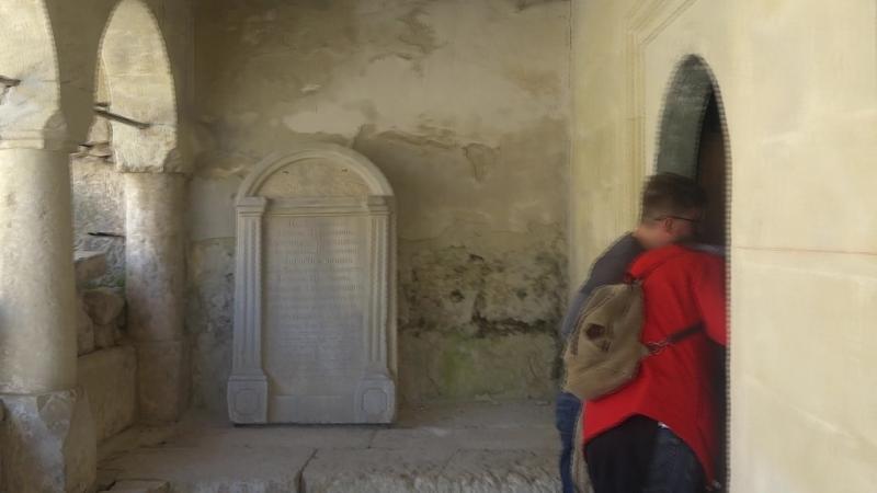 ВНУТРИ с высоты Чуфут-Кале две караимских кенасы – символы древней крепости и духовной общности караимов.