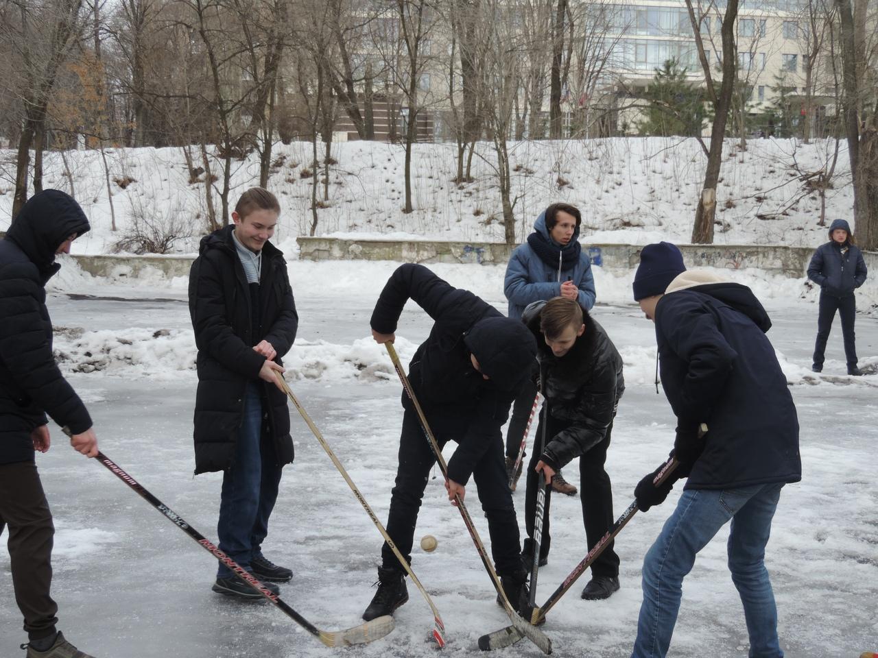 В Ворошиловском районе прошли соревнования по хоккею под открытым небом
