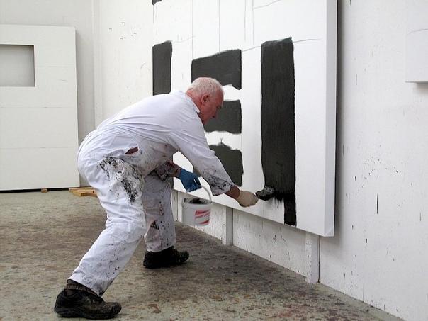 Шон Скалли (англ. Sean Scully; род. 30 июня 1945, Дублин, Ирландия) американский художник ирландского происхождения. Художник был дважды (в 1989 и 1993) номинирован на Премию Тернера; он широко