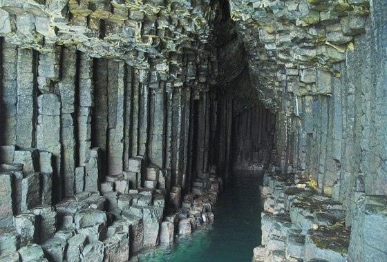 Пещера в скале, образованная в результате воздействия морской воды. Примечательно, что стены образованы из шестигранных базальтовых столбов. За такое сходство с Дорогой Гигантов, это место и получила свое название – Фингалова Пещера. Ведь по легенде, имен