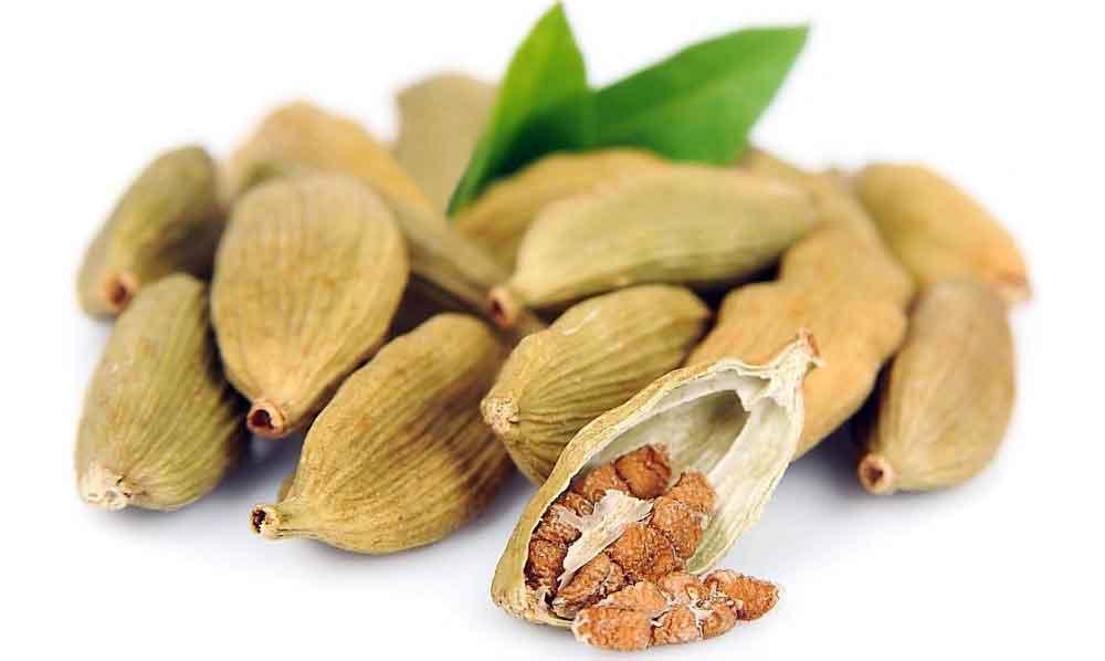 Еда кардамона может помочь уменьшить боль метеоризма.