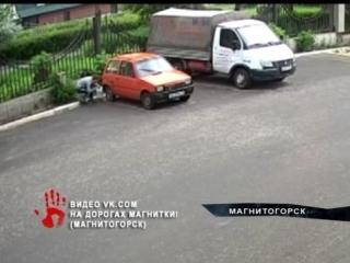 Парни, которые слили бензин с припаркованной легковушки, разлили топливо когда лезли через забор