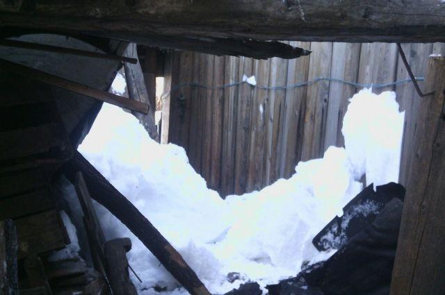 В Тольятти снег проломил крышу четырехэтажного жилого дома