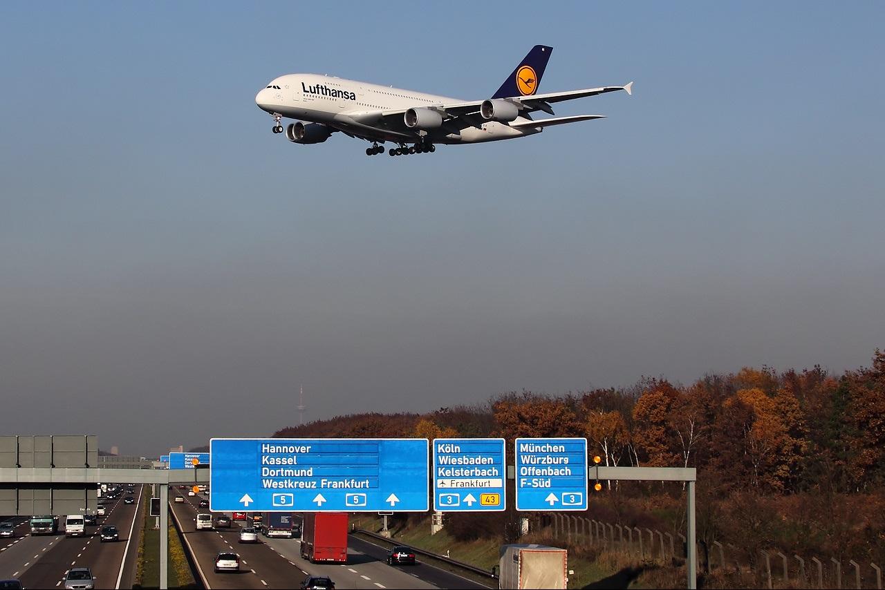 Заход на посадку двухэтажного самолета