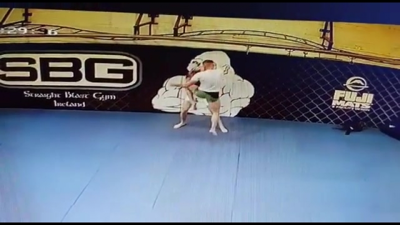 Фрагменты тренировки Конора МакГрегора к возвращению в октагон с камер записи зала SBG Ireland.