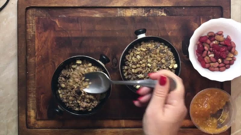 Завтрак • Шоколадные мюсли со взбитыми сливками и абрикосовым джемом