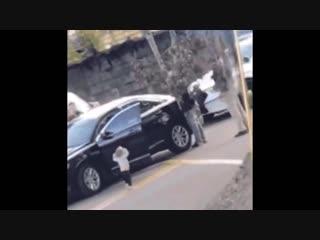 В США двухлетняя девочка вылезла из машины с поднятыми вверх руками, чтобы подбежать к задержанным полицией родителям.