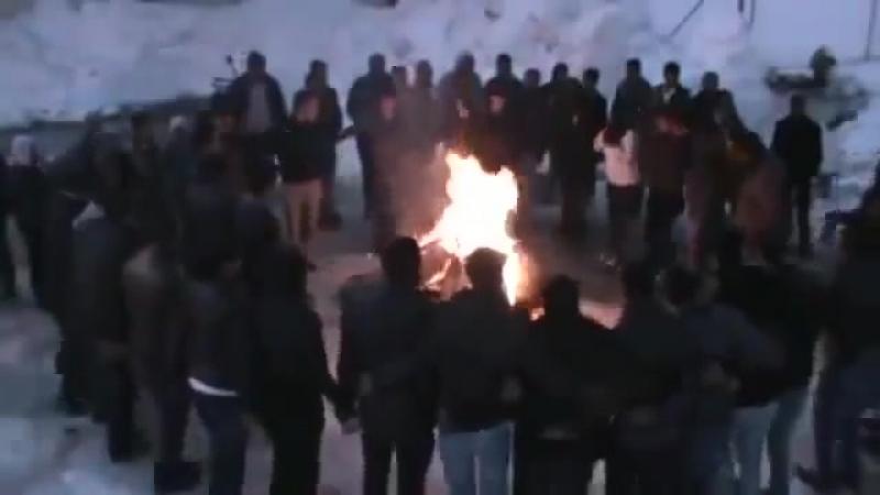 Курдская молодёжь танцует вокруг костра _ Новруз