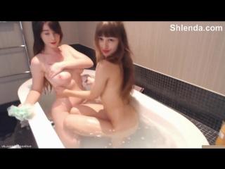 Две роскошные молодые сисястые школьницы 18 лет резвятся в ванной Anal mature teen анал зрелая мамку