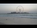 Большие волны на закате на пляже Jumeirah Beach Residenceв в Дубай Марине 1 апрела 2018