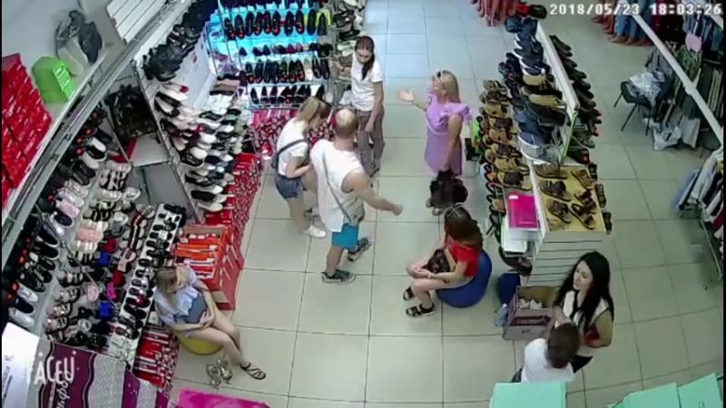 Мужчина ударил девушку-продавщицу обуви