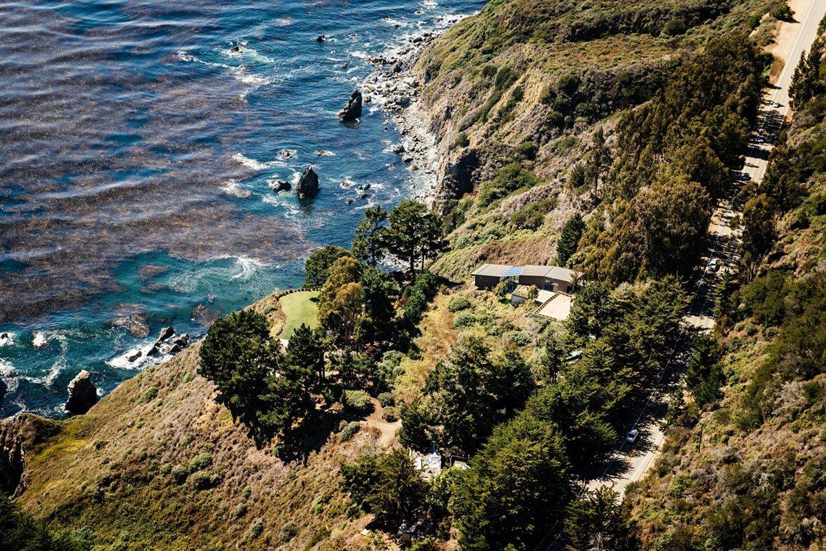 Посреди потрясающего калифорнийского пейзажа, в местечке Кармел Вэлли, раскинулся частный дом Fall House — проект компании Fougeron Architecture