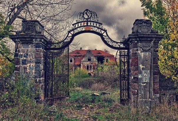Жутко красивые заброшенные места Когда-то здесь кипела жизнь, но по каким-то причинам люди оставили эти места. Руины былой жизни будоражат фантазию, вызывая интерес и в то же время