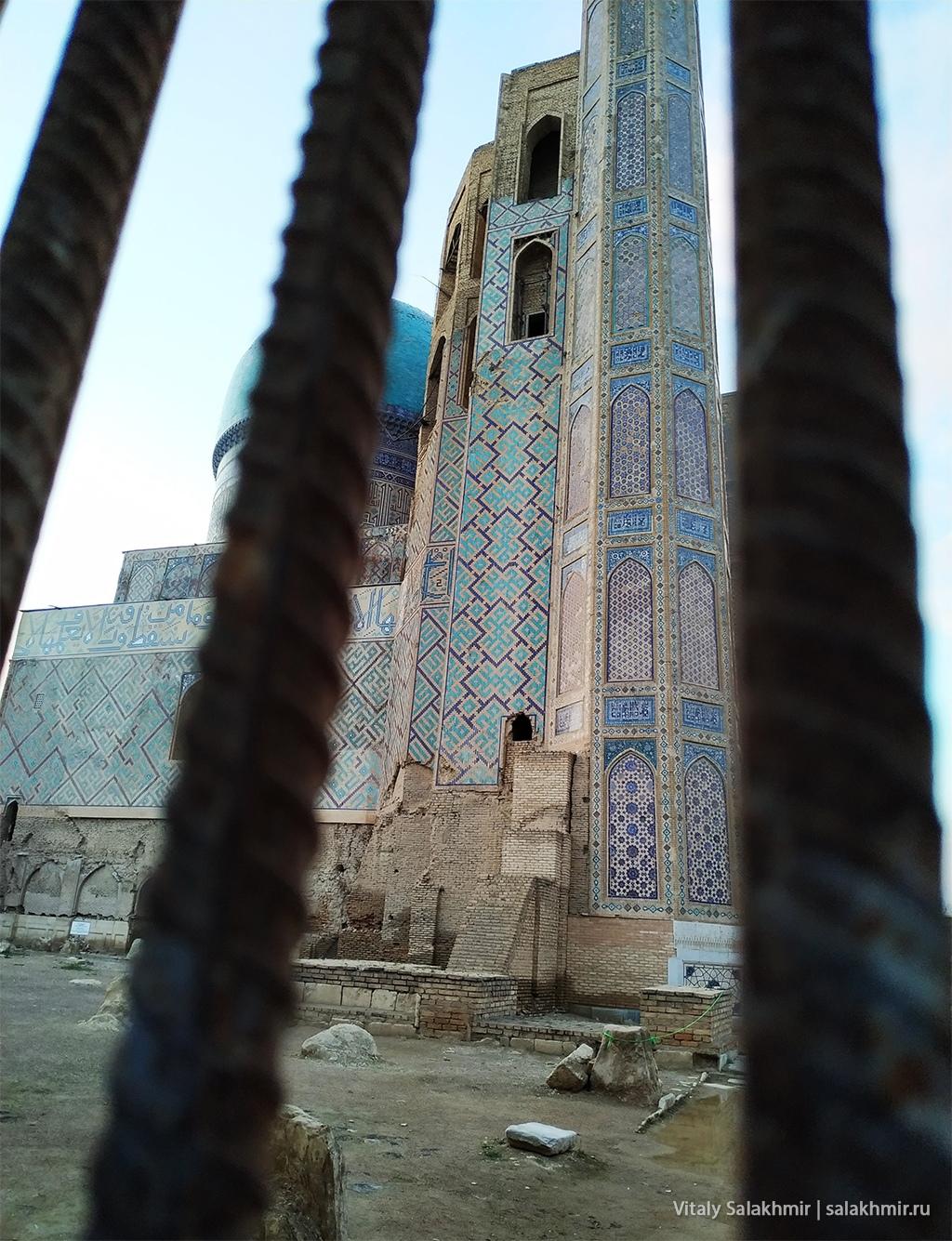 Дырка в заборе мечети Биби Ханум, Самарканд 2019