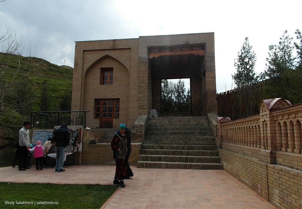 Закрытые ворота возле мавзолея Дониера, Самарканд 2019