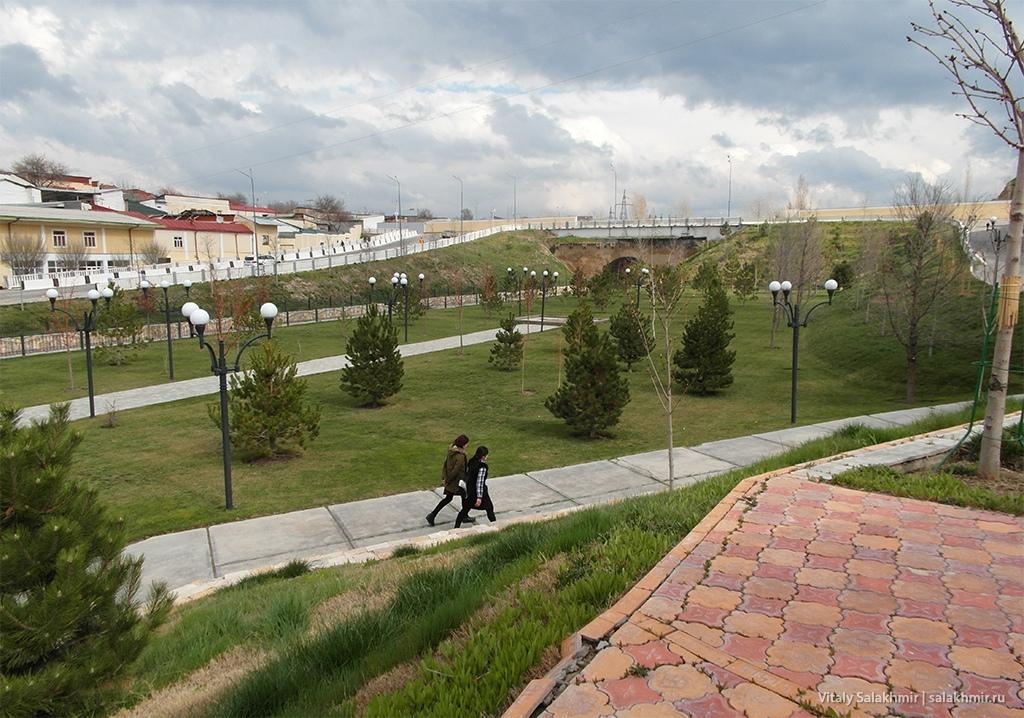 Парк рядом с мавзолеем Дониера, Самарканд 2019