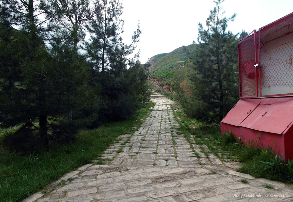 Тропа за воротами, мавзолей Ходжа Дониер, Самарканд 2019