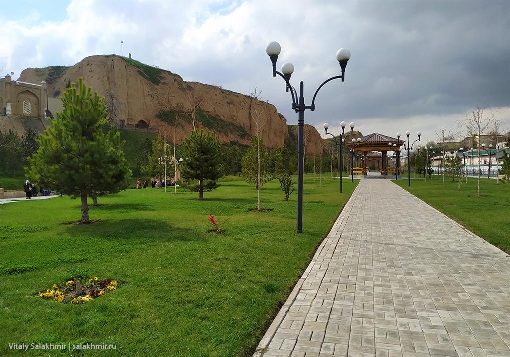 Фотография парка около мавзолея Ходжа Дониера, Самарканд 2019