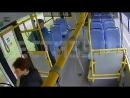Без комплексов: пожилая женщина справила нужду в автобусе