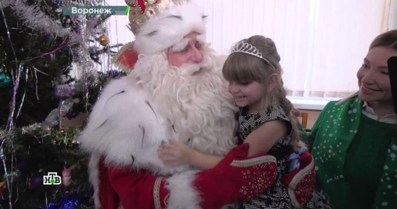 Новогодние хиты под елкой Дед Мороз разогрел морозный Воронеж песнями и плясками