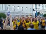 Шведы всю ночь пели речевки во славу любимой команды, с радостью фотографировались с прохожими, делились впечатлениями от игры и