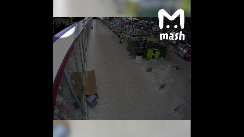 Калининградского семиклассника, который втихаря остался в ТЦ после закрытия и навел там суеты, сняли камеры (ну конечно же).  Ре
