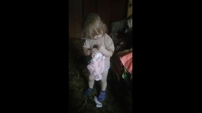 Поля танцует