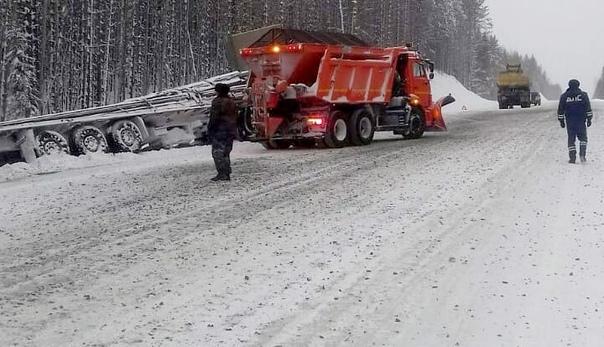 Сотрудники ГИБДД помогают водителям большегрузов на трассе «Братск – Усть-Илимск»