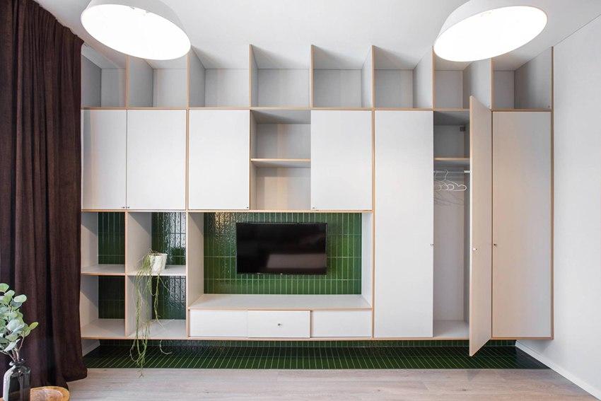 Современный интерьер квартиры 37 м в Вильнюсе с мебелью из фанеры.