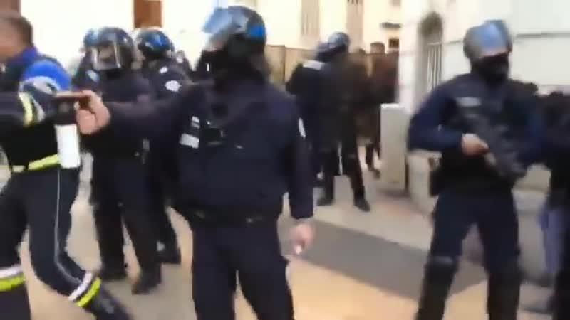 Un policier a été filmé en train de frapper plusieurs personnes