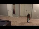 Малышка устроила танцы в одиночестве, но пришли братья!