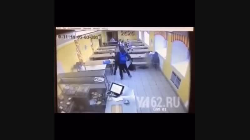 Опубликовано видео избиения шестиклассника в школе №1  В распоряжении портала YA62.ru оказалось видео избиения шестиклассника в