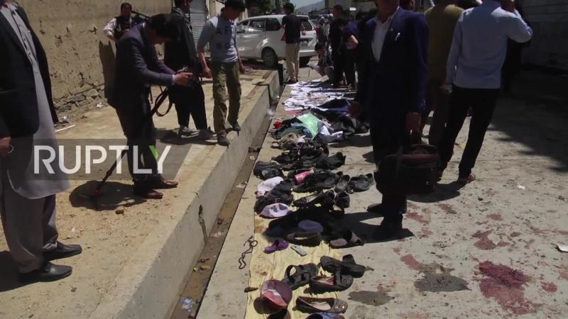 Результат подрыва смертника Исламского государства у центра регистрации избирателей в Кабуле.