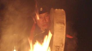 Амир Ооржак играет на шаманском бубне