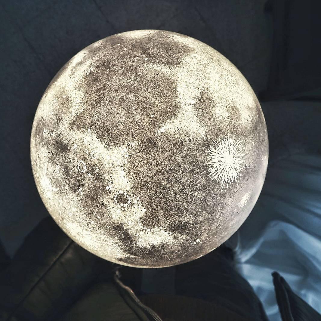 Внеземные лампы в виде луны.