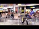Пранк Флирт Пранк Слепой Слепой ест мороженое Реакция людей Испанский стыд