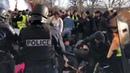 PARIS Les flics matraquent les gilets jaunes lors de la Grève Général ce mardi 😡