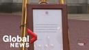 Вынос официального объявления от Букингемского дворца о рождении малыша Сассекского