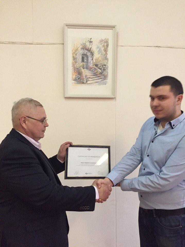 Вручение сертификата новому члену организации