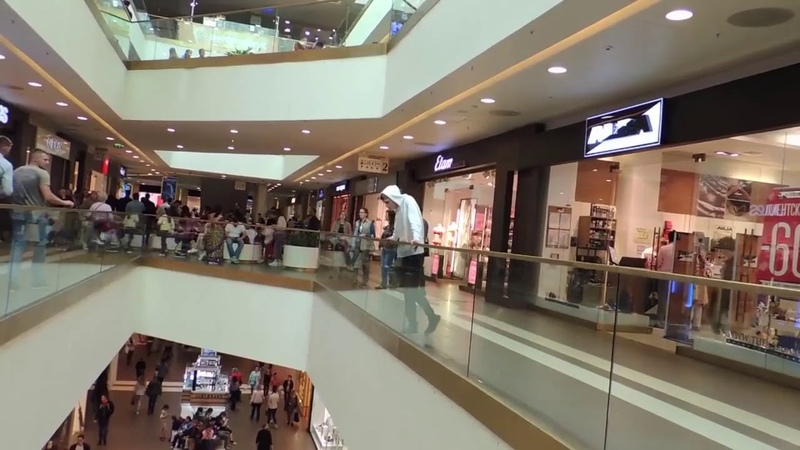 Арсений Ларионов спрыгнул в клумбу в торговом центре