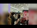 В Москве кандидат в мэры Москвы Илья Яшин пришел в магазин, а там экс-кандидат в президенты Ксения Собчак рекламирует косметику…