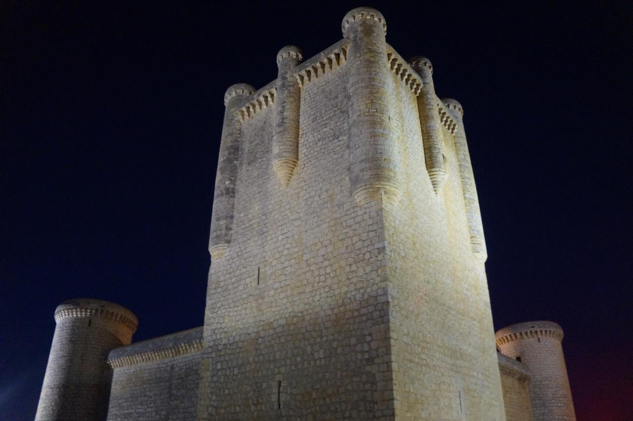 Крепость Торрелобатон в ночи