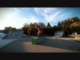 Roman Abrate - тренит в скейтпарке