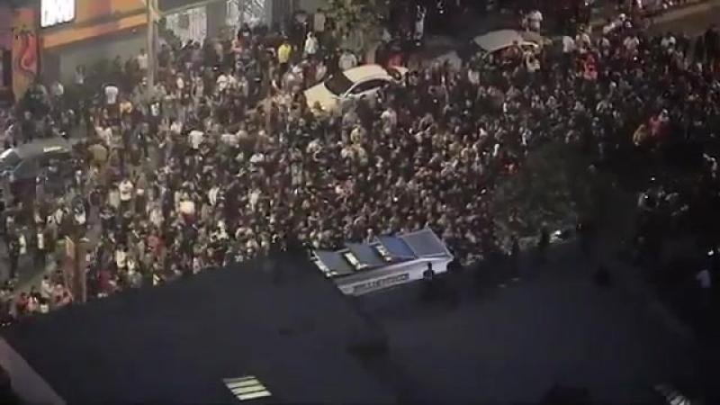 Толпы фанатов убитого рэпера XXXTentacion устроили беспорядки в США Crowds fans the XXXTentacion