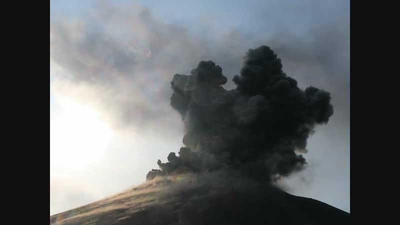 Так выглядел вулкан Кракатау примерно с середины конуса