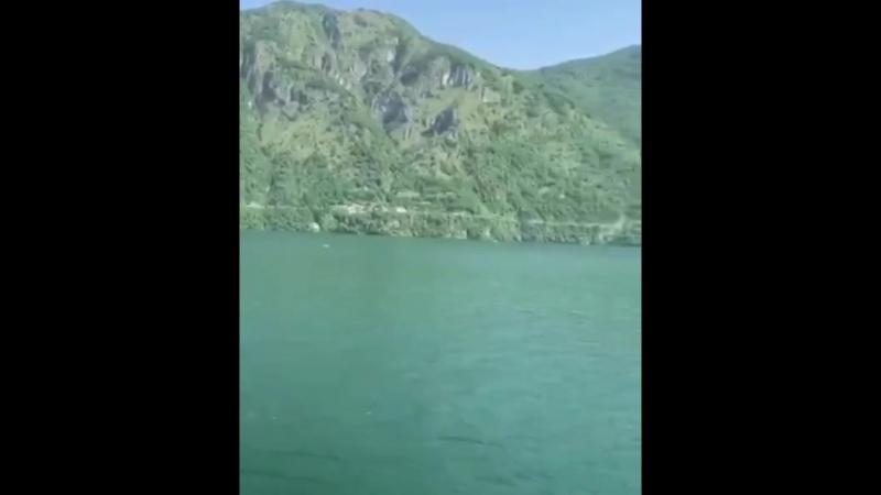вид из окна на горное озеро