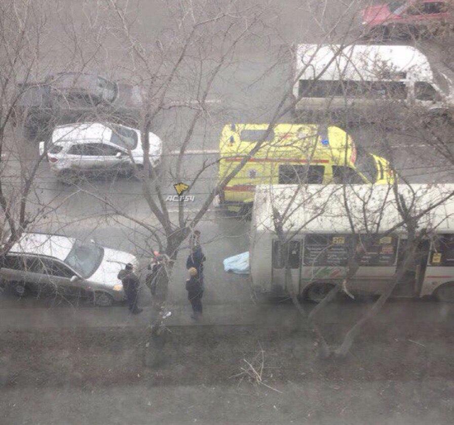 В Новосибирске водитель погиб под колесами своего автобуса