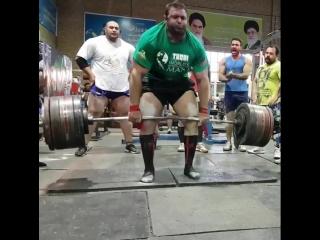 Иранец Пейман Махери тянет 400 кг без экипировки!!