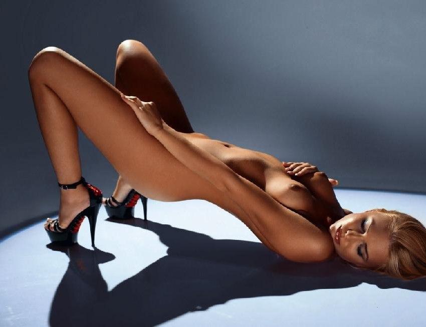 Sonya kraus zeigt heels und bein
